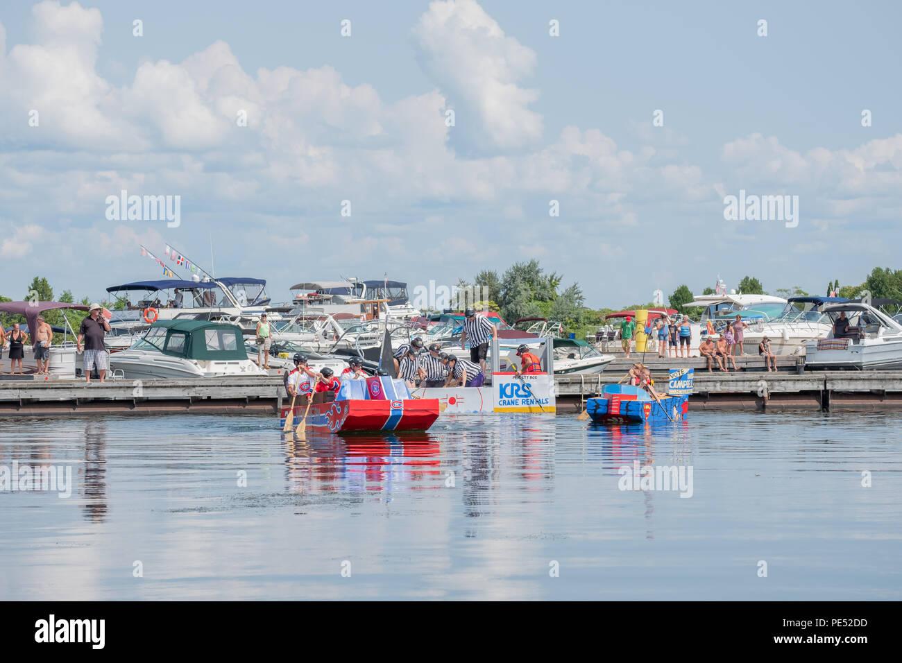 Los competidores comienzan la carrera de botes de cartón casera en el waterfront Festival en Orillia Ontario Canada. Foto de stock