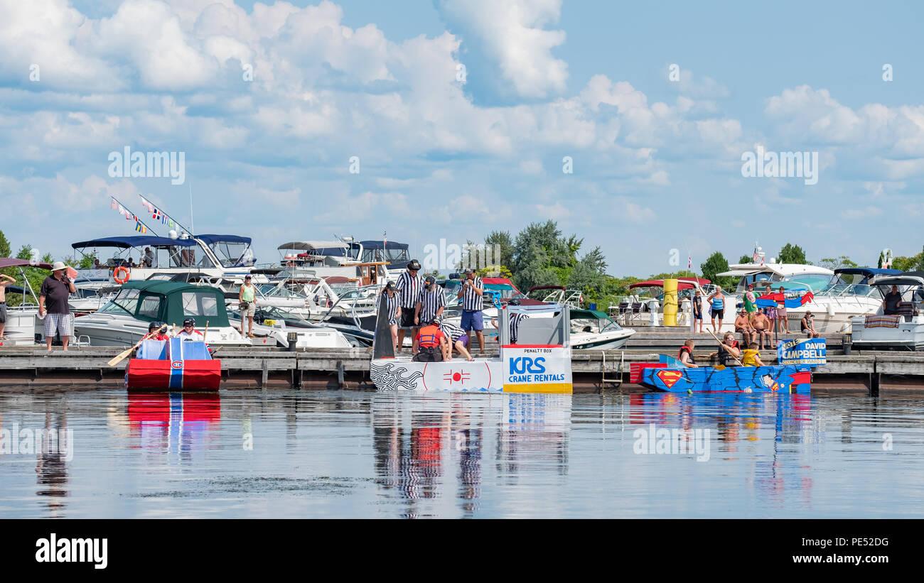 Preparar equipos de raza sus barcos casera hecha enteramente de cartón durante el anual Festival Waterfront en Orillia Ontario Canada. Foto de stock
