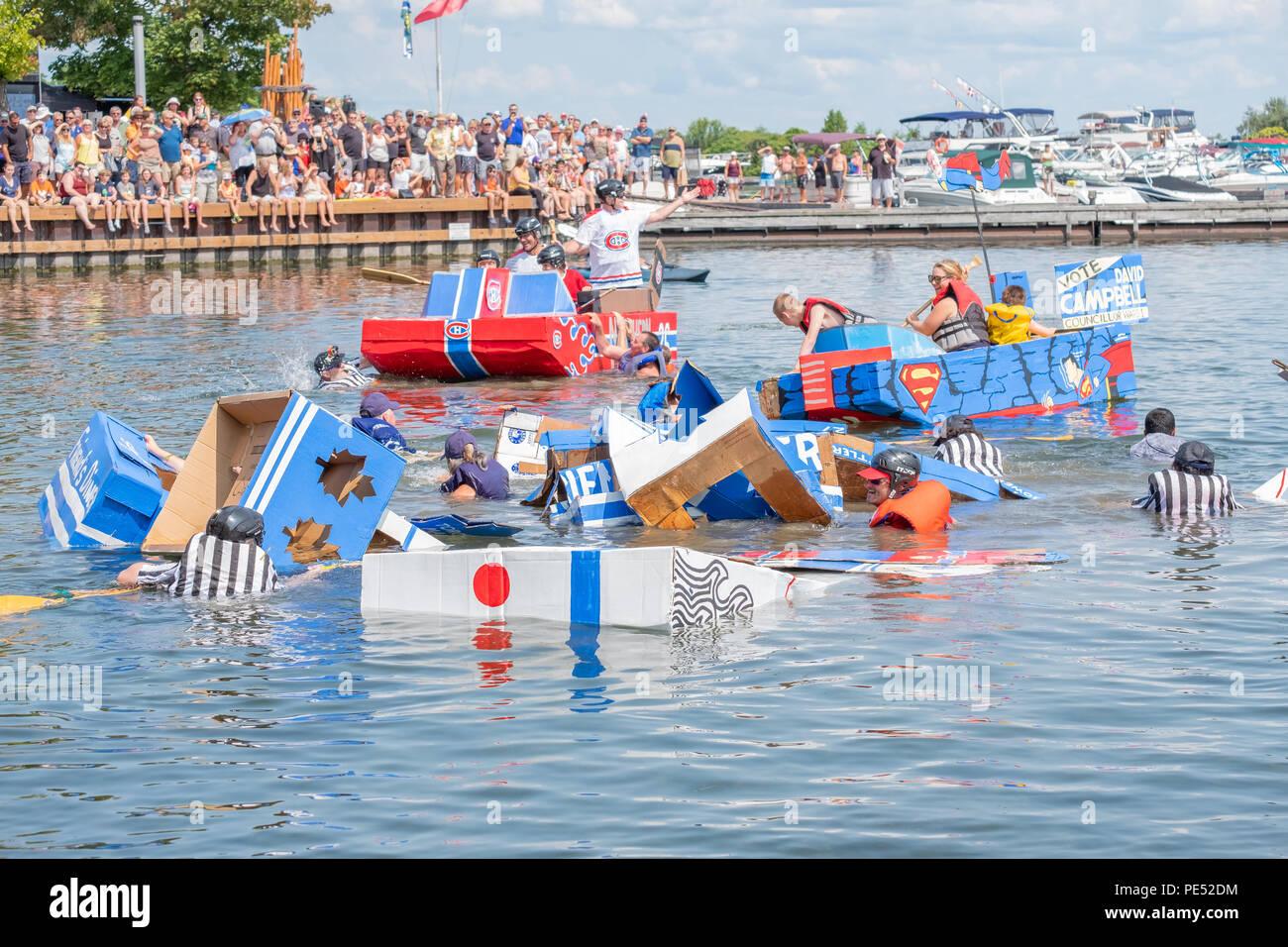 Carnage como barcos de cartón casero tomar agua y colapso durante la anual regata de cartón durante el Festival Waterfront en Orillia Ontario Foto de stock