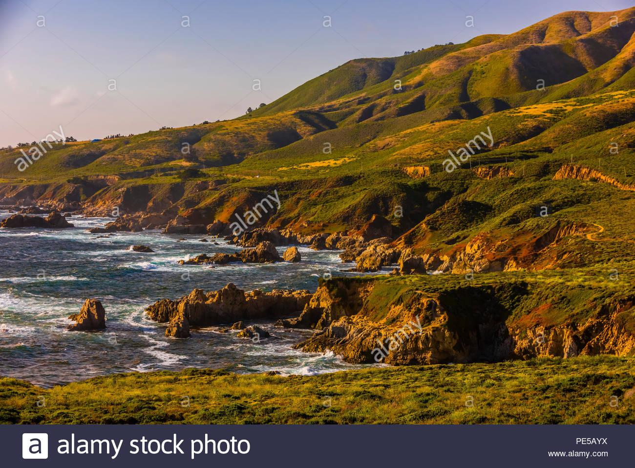 La escarpada costa de Big Sur, junto a la autopista 1, entre Carmel Highlands y Big Sur, el Condado de Monterey, California, USA. Imagen De Stock