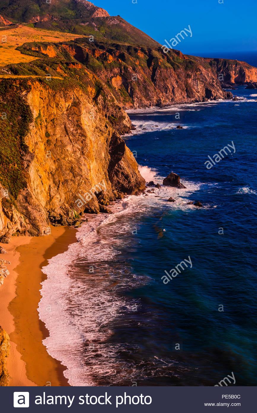 Un alto ángulo de vista de la costa de Big Sur, desde el punto de vista de Castle Rock, entre Carmel Highlands y Big Sur, California, Estados Unidos. Imagen De Stock
