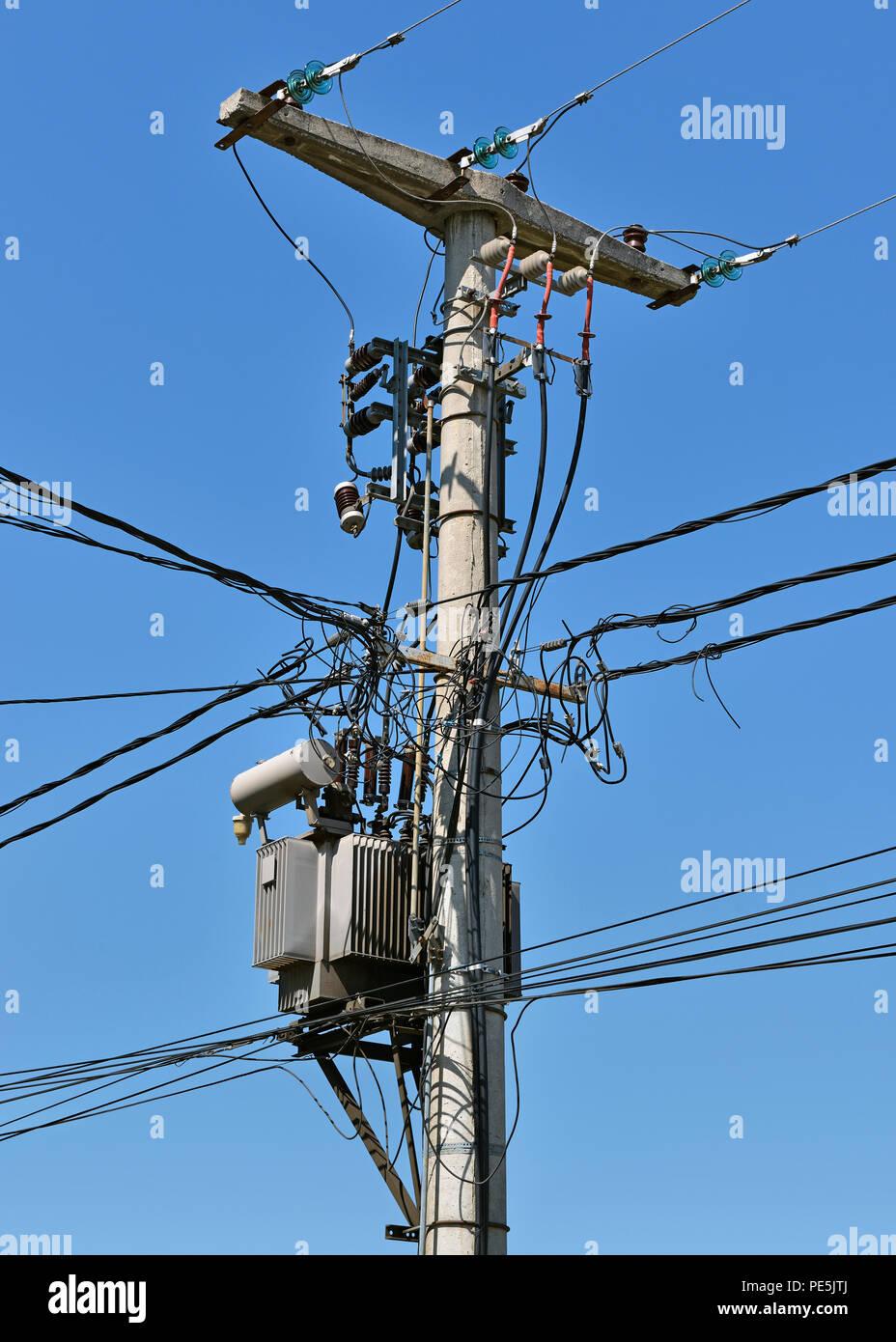 Polo con la utilidad de las líneas de tendido eléctrico y un transformador, Serbia Imagen De Stock