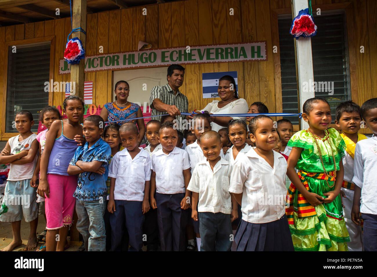 Los niños de la escuela primaria Víctor Hugo Echeverría posar ...