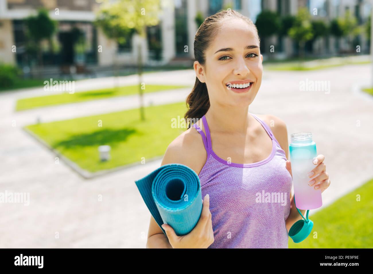 Encantado bonita mujer llevando un estilo de vida saludable Imagen De Stock