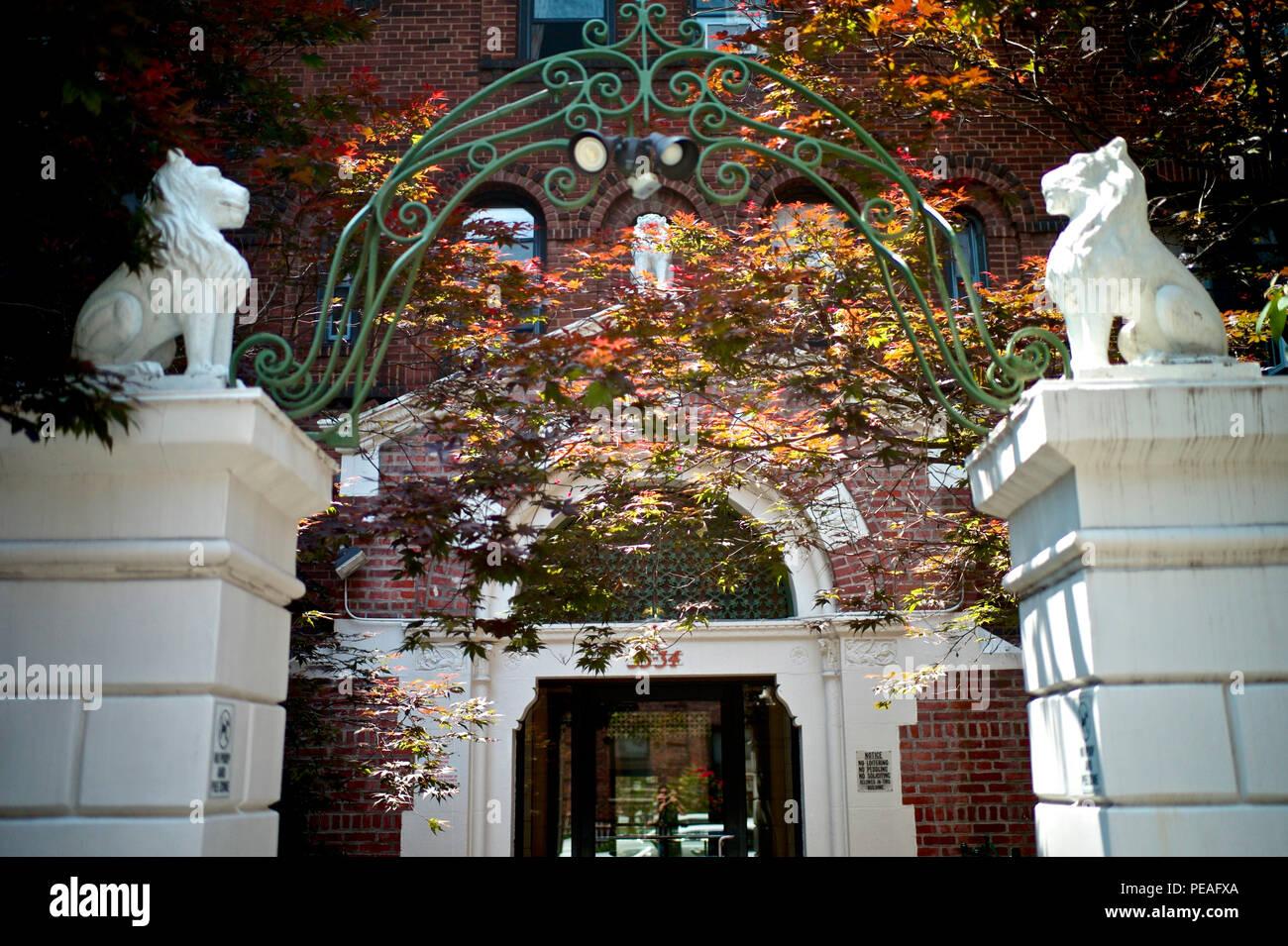 Hermoso edificio de entrada, en el histórico barrio de Jackson Heights. Foto de stock
