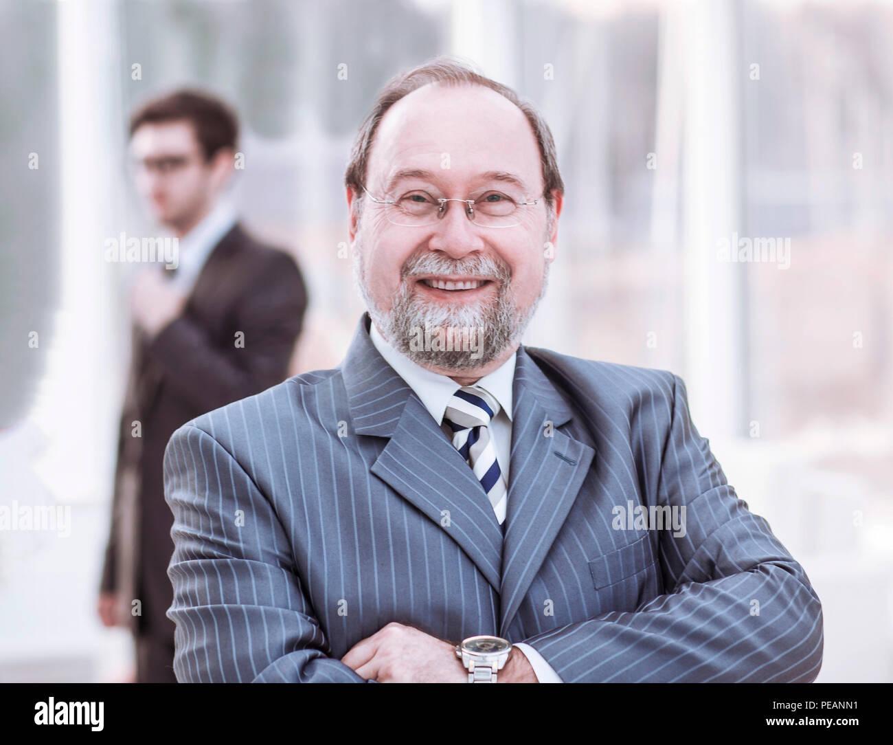 Empresario exitoso en el fondo brillante de la oficina. Foto de stock