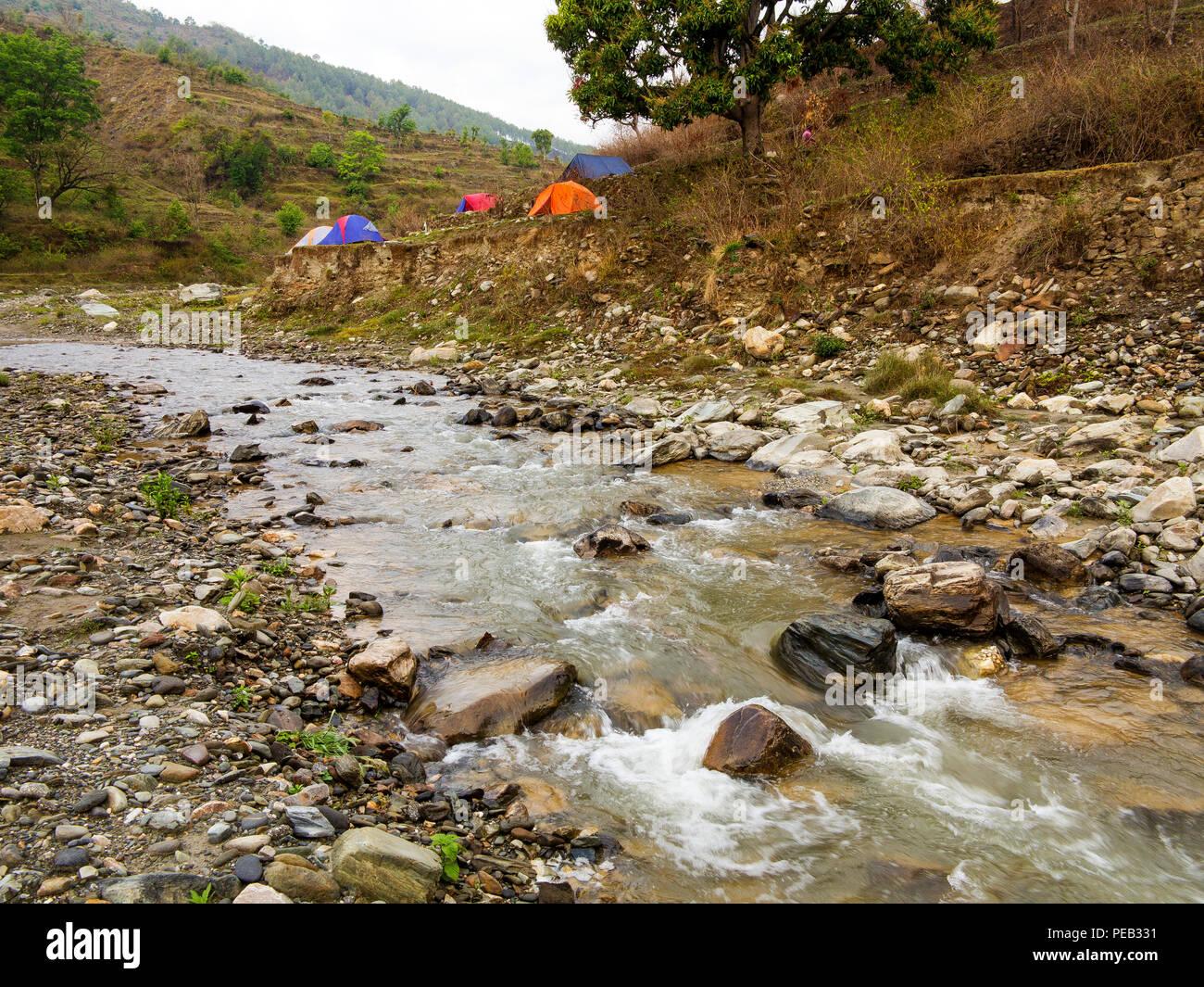 Campamento a orillas del río Panar, colinas de Kumaon, Uttarakhand, India Imagen De Stock