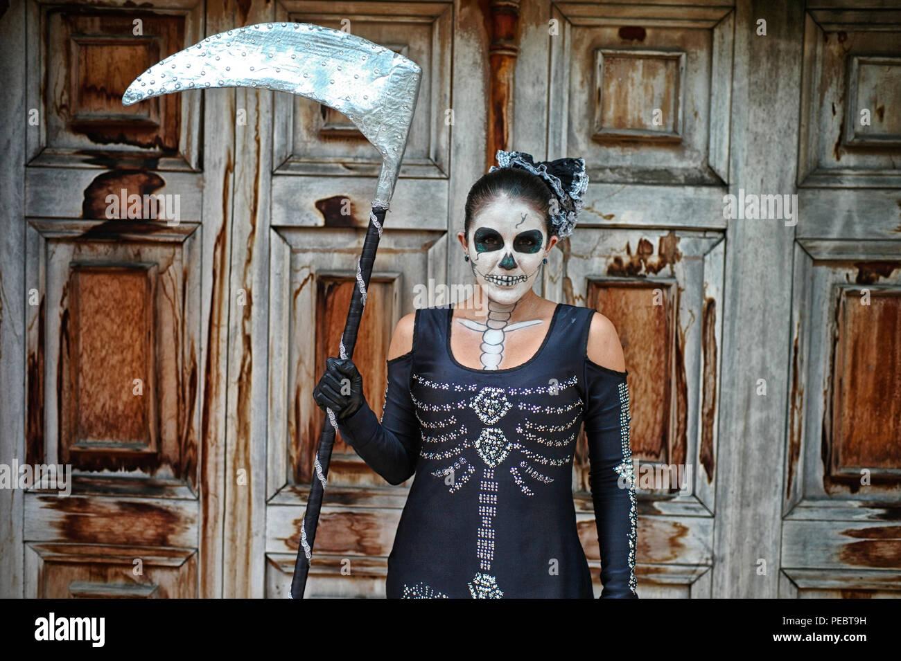 Mujer colombiana que representa la muerte. El personaje fue incorporado por Enrique Buenaventura en su obra de teatro experimental La Mojiganga y ahora un mus Foto de stock