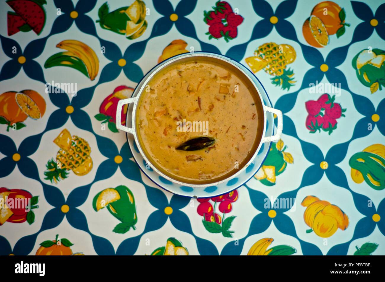 Estilo colombiano el marisco cocido, conocida localmente como la cazuela de mariscos. Cucayo restaurante es conocido por sus platos típicos del caribe costeño y diversión tropical y Foto de stock