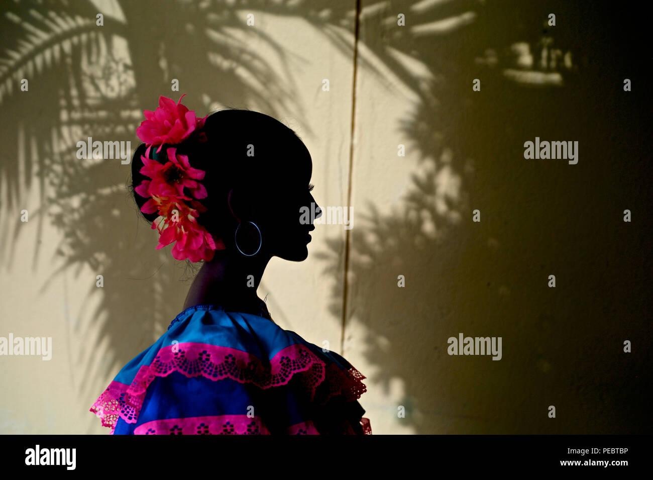 Bailarina de cumbia. La cumbia es un género de música orientada al baile popular en toda América Latina. Comenzó como un baile de cortejo practicado entre la población africana Foto de stock