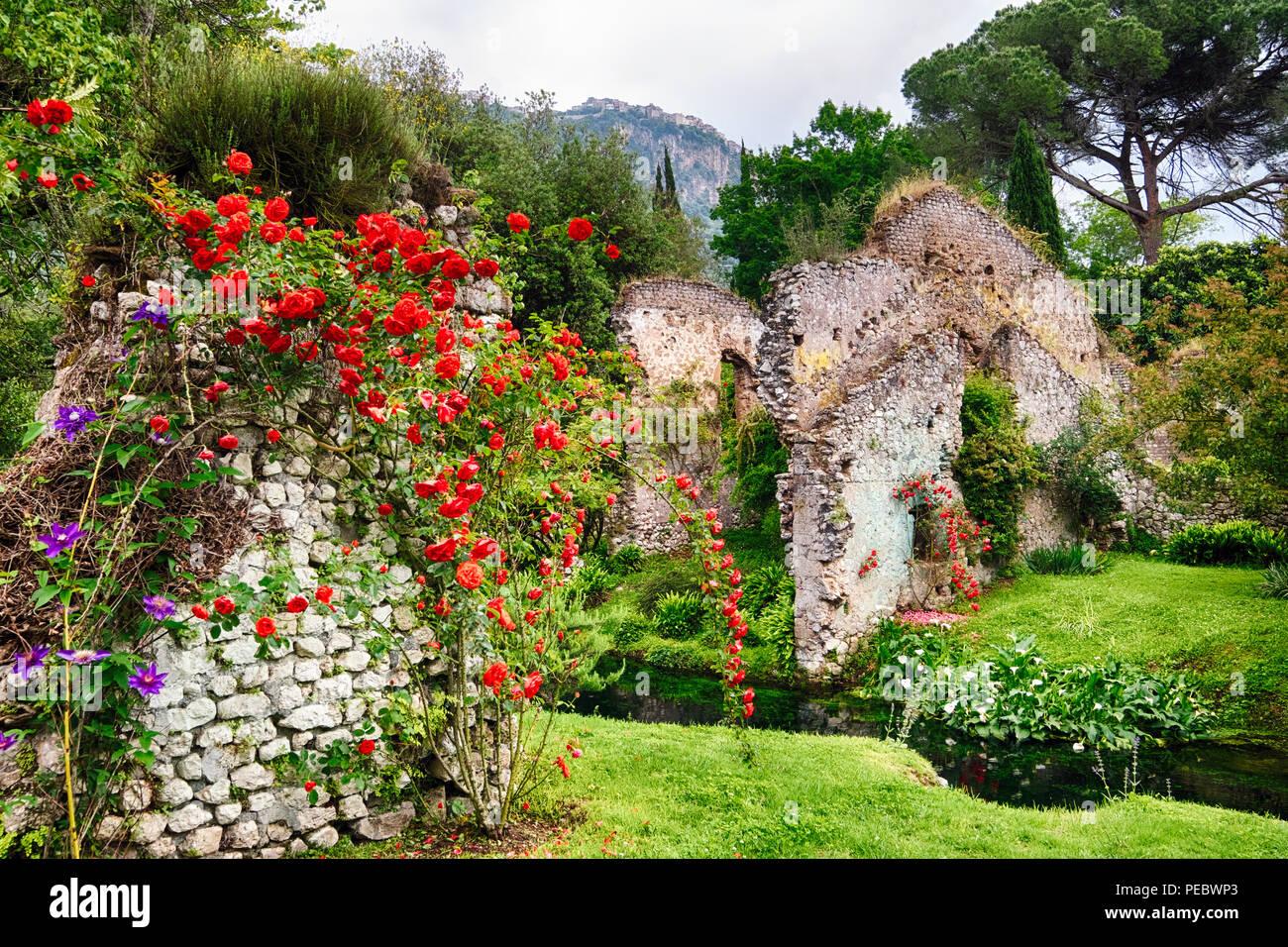 La Ninfa jardín con ruinas históricas y bellas flores, Cisterna di Latina , Lazio,Italia Foto de stock