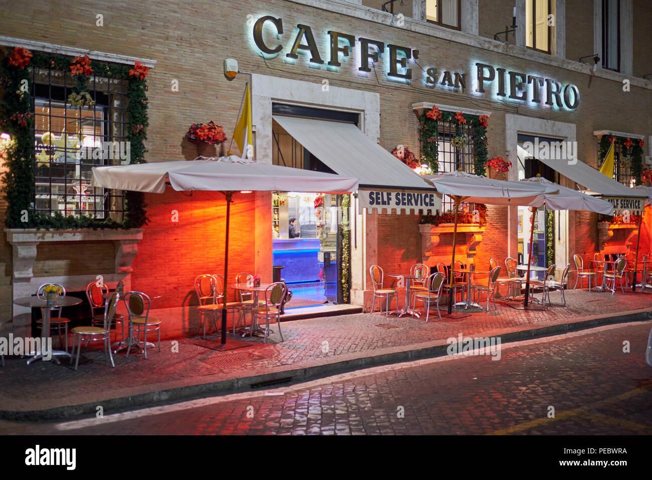 Acera Cafe cerca del Vaticano en la noche durante la temporada de vacaciones, Roma, Italia Imagen De Stock