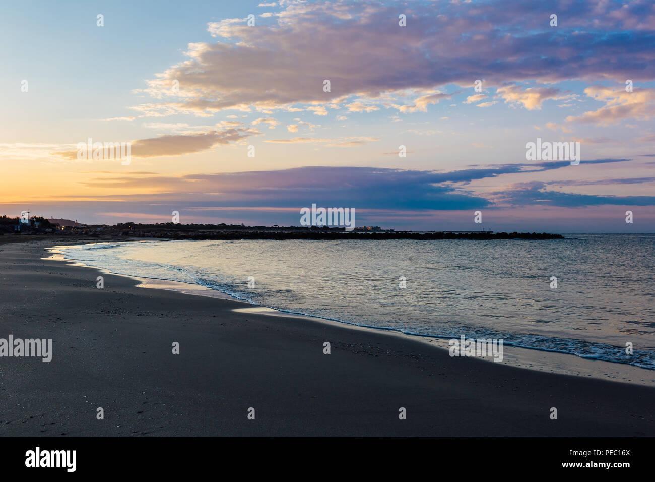 El sur de Francia, en el mar mediterráneo en la playa al amanecer. Foto de stock