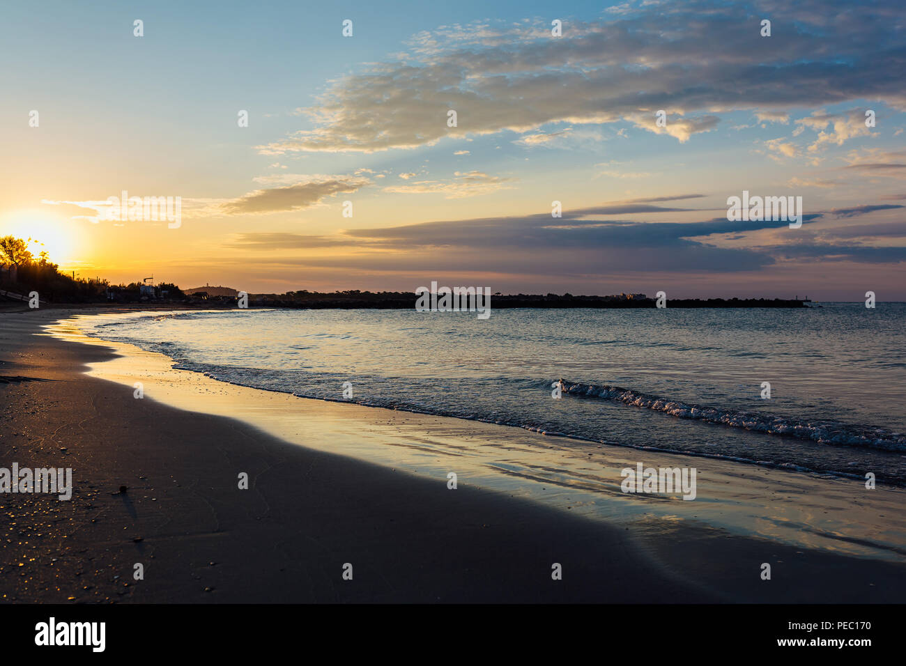 Amanecer en una playa en el mar Mediterráneo, al sur de Francia. Foto de stock