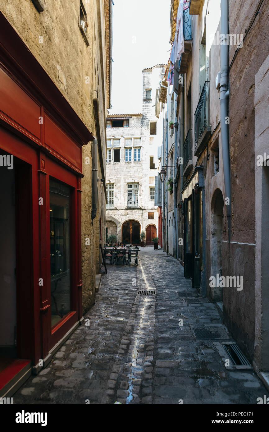 Las calles estrechas de la ciudad antigua de Pezenas, Francia. Foto de stock