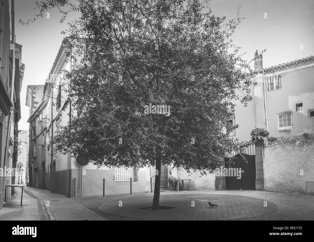 Pequeño cuadrado en la antigua ciudad de Agde, en el sur de Francia. Foto de stock