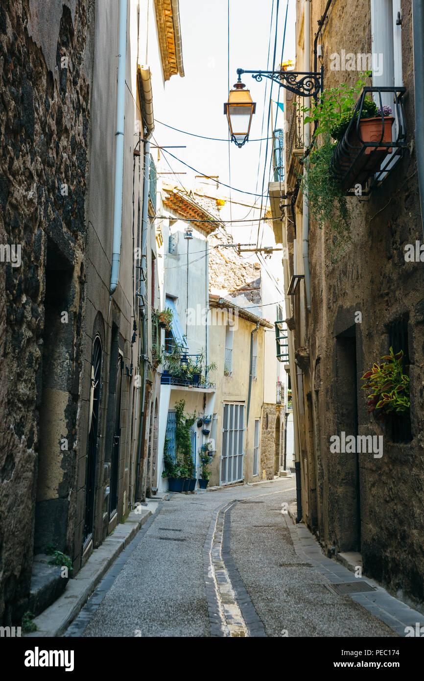 Las calles estrechas de la ciudad antigua de Agde, en el sur de Francia. Foto de stock