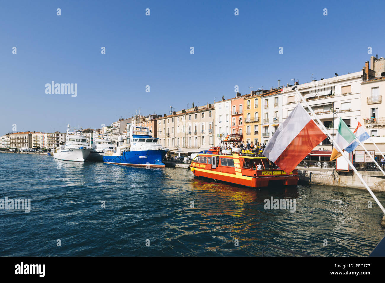 Los barcos en el puerto de la ciudad de Sete, en el sur de Francia. Foto de stock