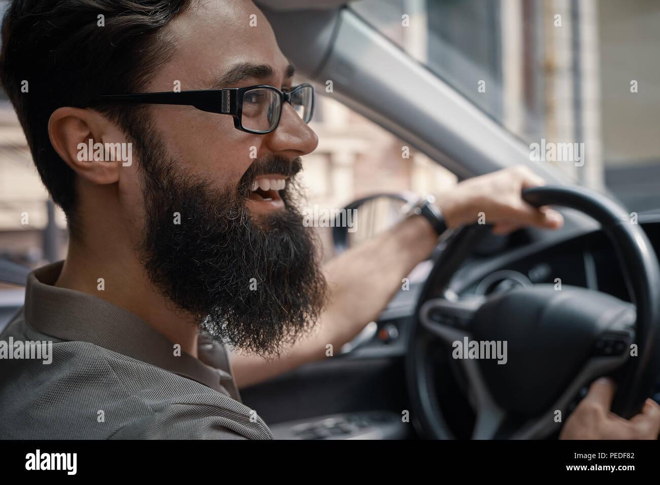 Guapo, hombre feliz conducir el coche Imagen De Stock