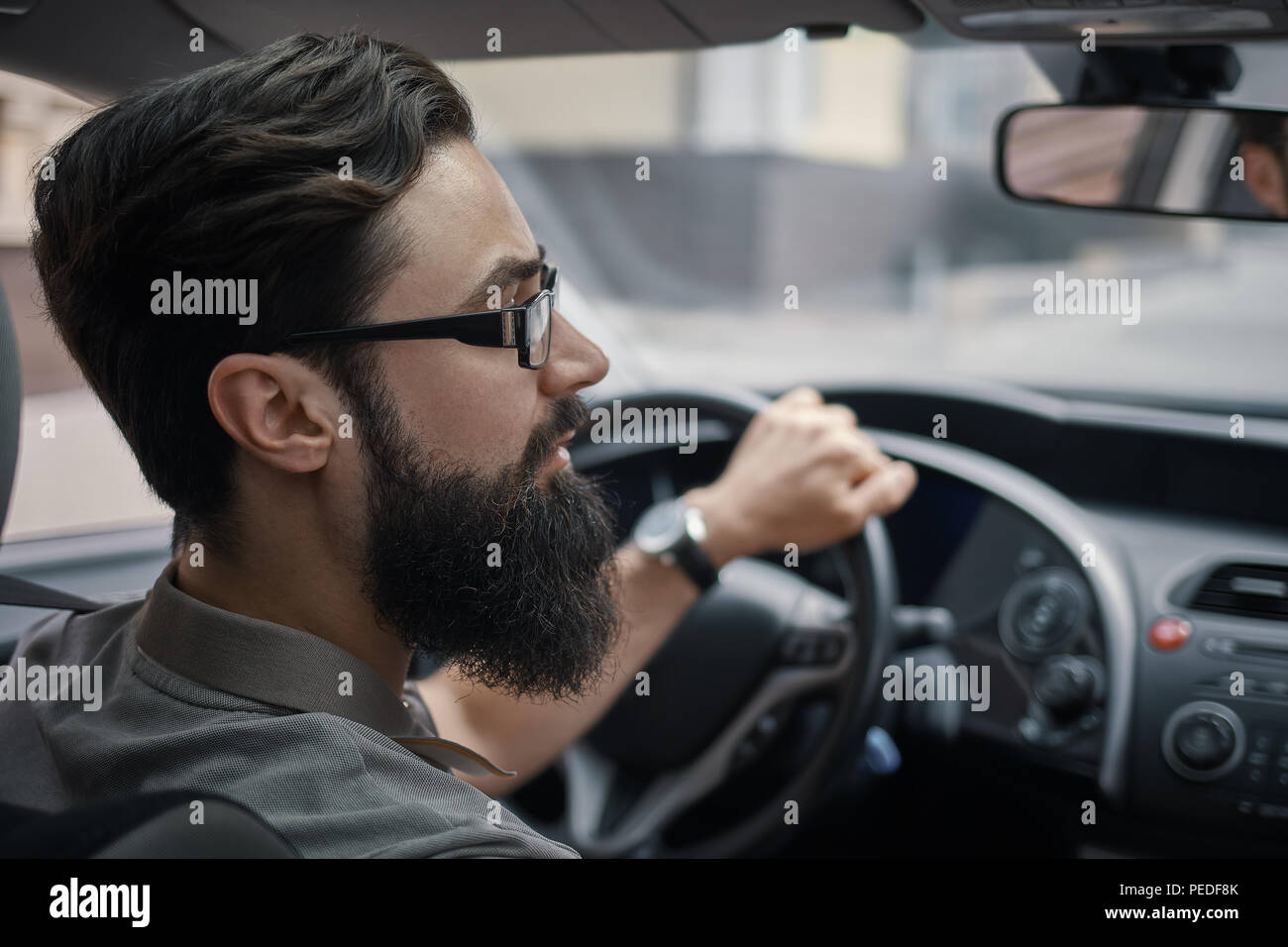Conductor hombre prestando atención a la carretera Imagen De Stock