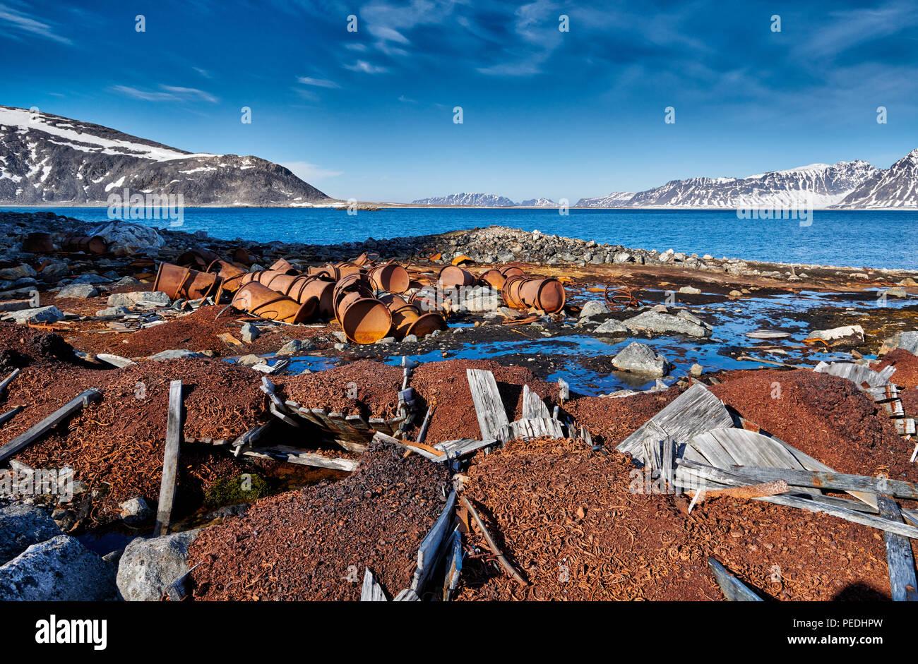 Rusty permanece en un sitio histórico de Virgohamna, Svalbard o Spitsbergen, Europa Imagen De Stock