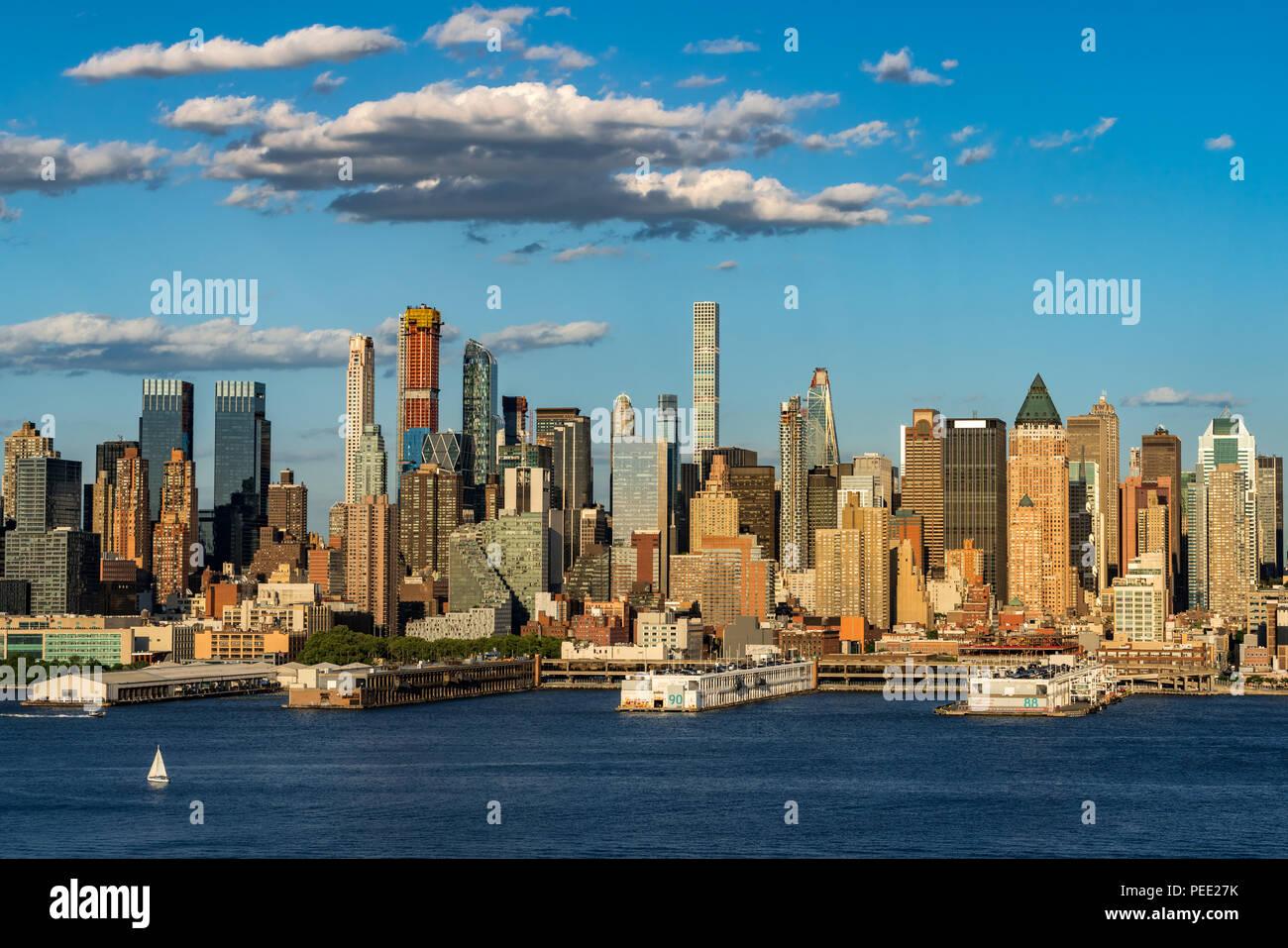Los rascacielos de Manhattan Midtown West con el río Hudson, en la luz de la tarde. La Ciudad de Nueva York Imagen De Stock