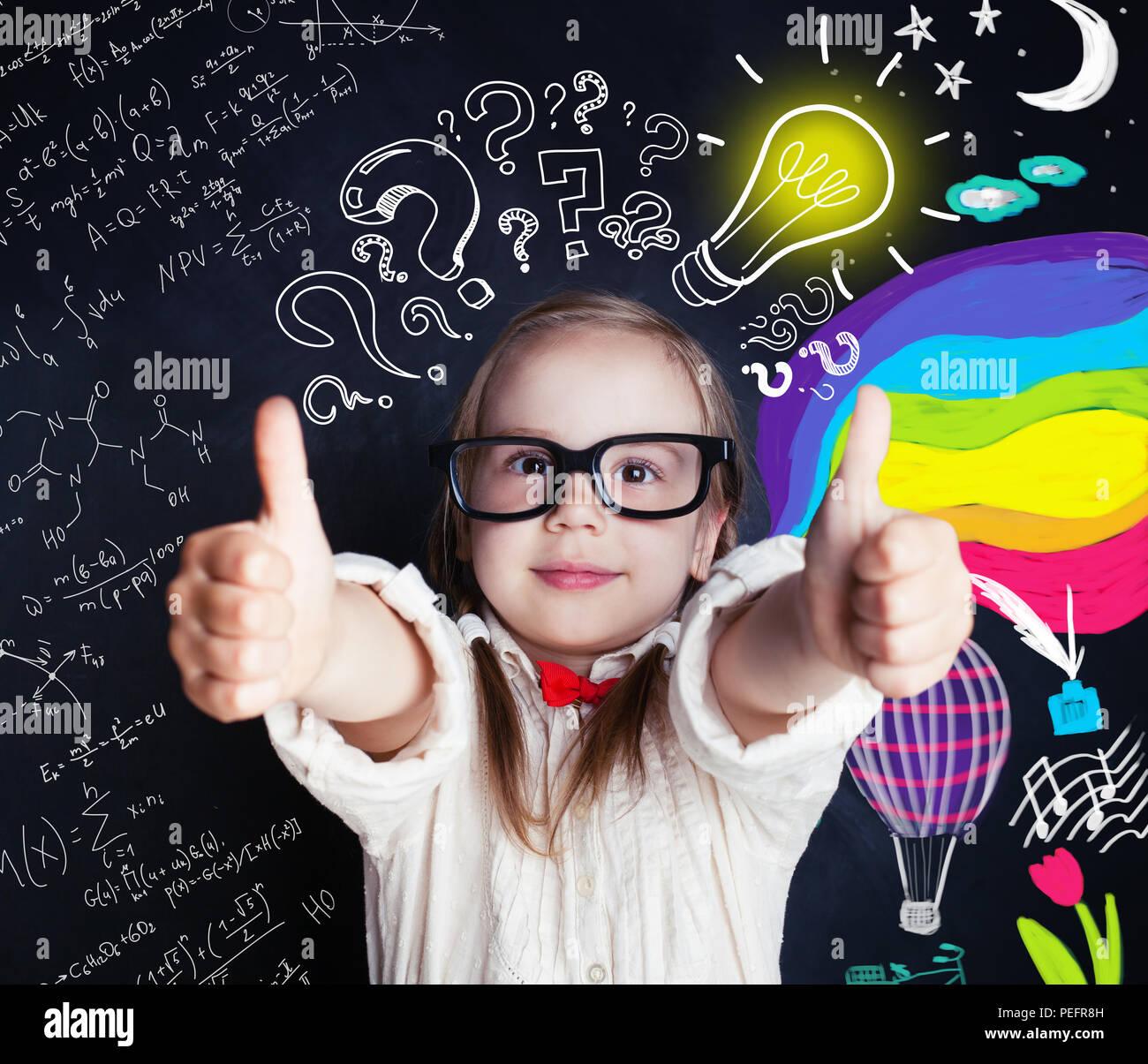 Ideas, descubrimiento y creatividad educación concepto con pequeño genio de niña en la escuela pizarra fondo con elementos de ciencias y artes y lightbul Imagen De Stock