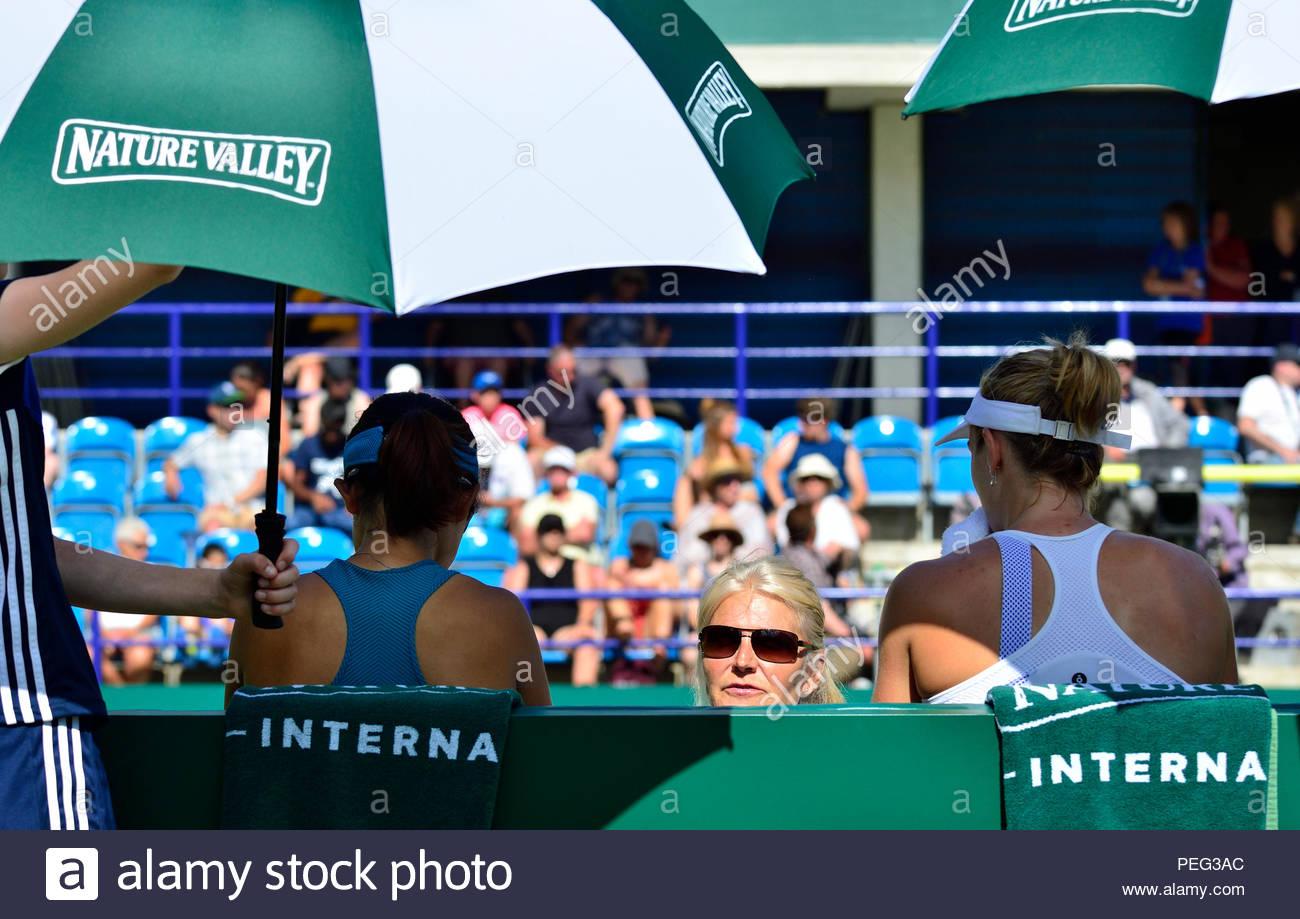 Entrenador de tenis: Gabriella Dabrowski y Xu Yifan con su entrenador en la naturaleza internacional del valle 2018 en Eastbourne Imagen De Stock