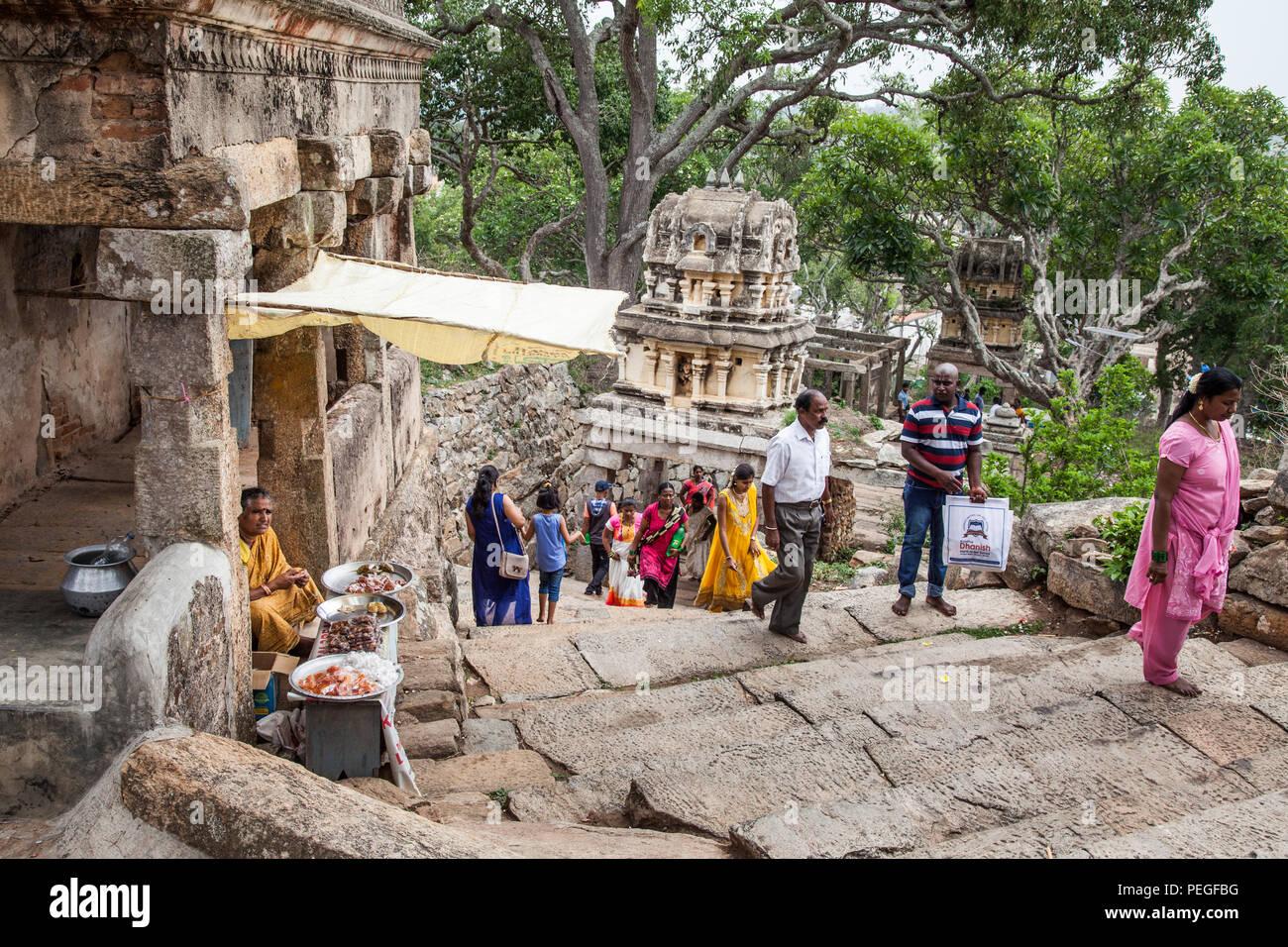 Pasos para el Yoga, Melukote Narashima templo, India Foto de stock