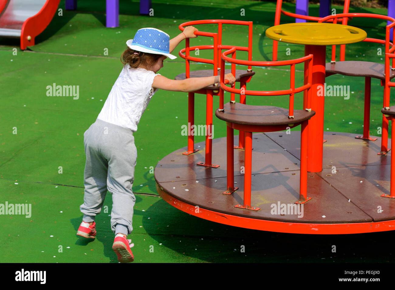 Los Ninos Pequenos Correr Y Jugar En El Parque Infantil Centro De
