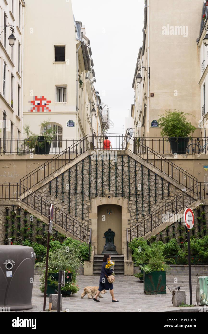La Escalier Végétalisé escalera en la Rue Rollin en el 5º arrondissement de París, Francia. El espacio invasor street art en la pared del edificio. Foto de stock