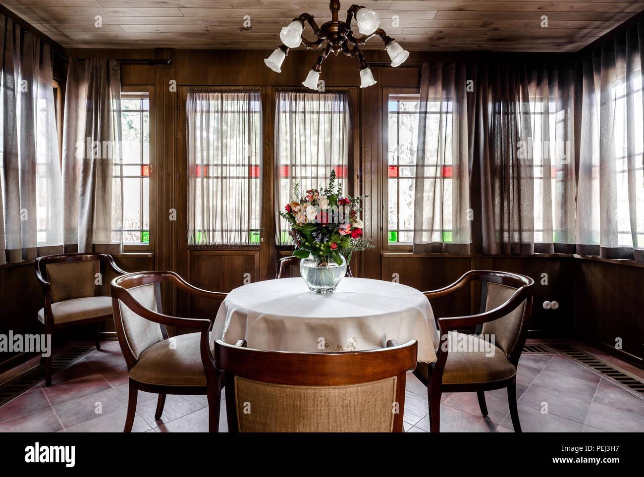 Comedor contemporáneo diseño. Habitación acristalada con ...