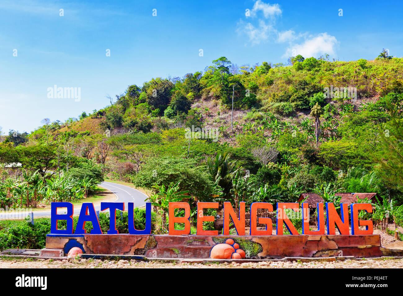 Java oriental, Indonesia - Julio 10, 2018: Pantai Batu Bengkung mar playa y entrada al parque recreativo letrero. Popular lugar de visita para la familia holi Imagen De Stock