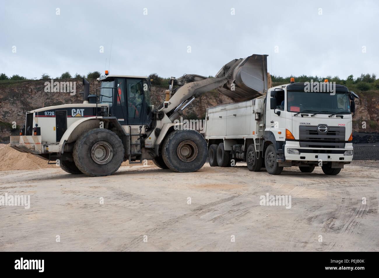 El Agregado fino se vierte en un camión para su distribución en Whitwell Cantera, Derbyshire, Reino Unido Imagen De Stock