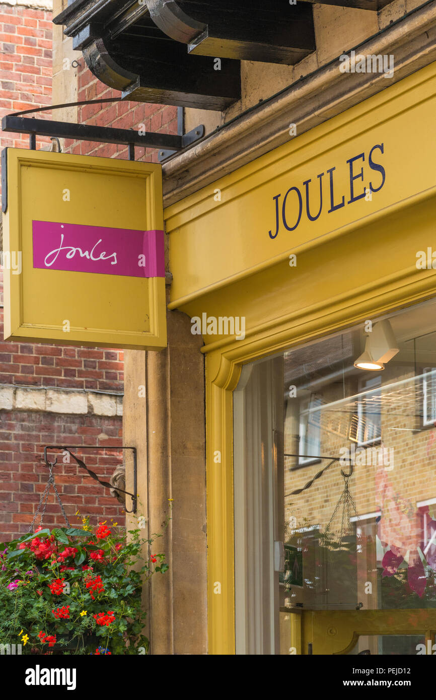Exterior de la tienda de ropa de calle alta julios, Detallista de mujeres, hombres y niños ropa y calzado Imagen De Stock