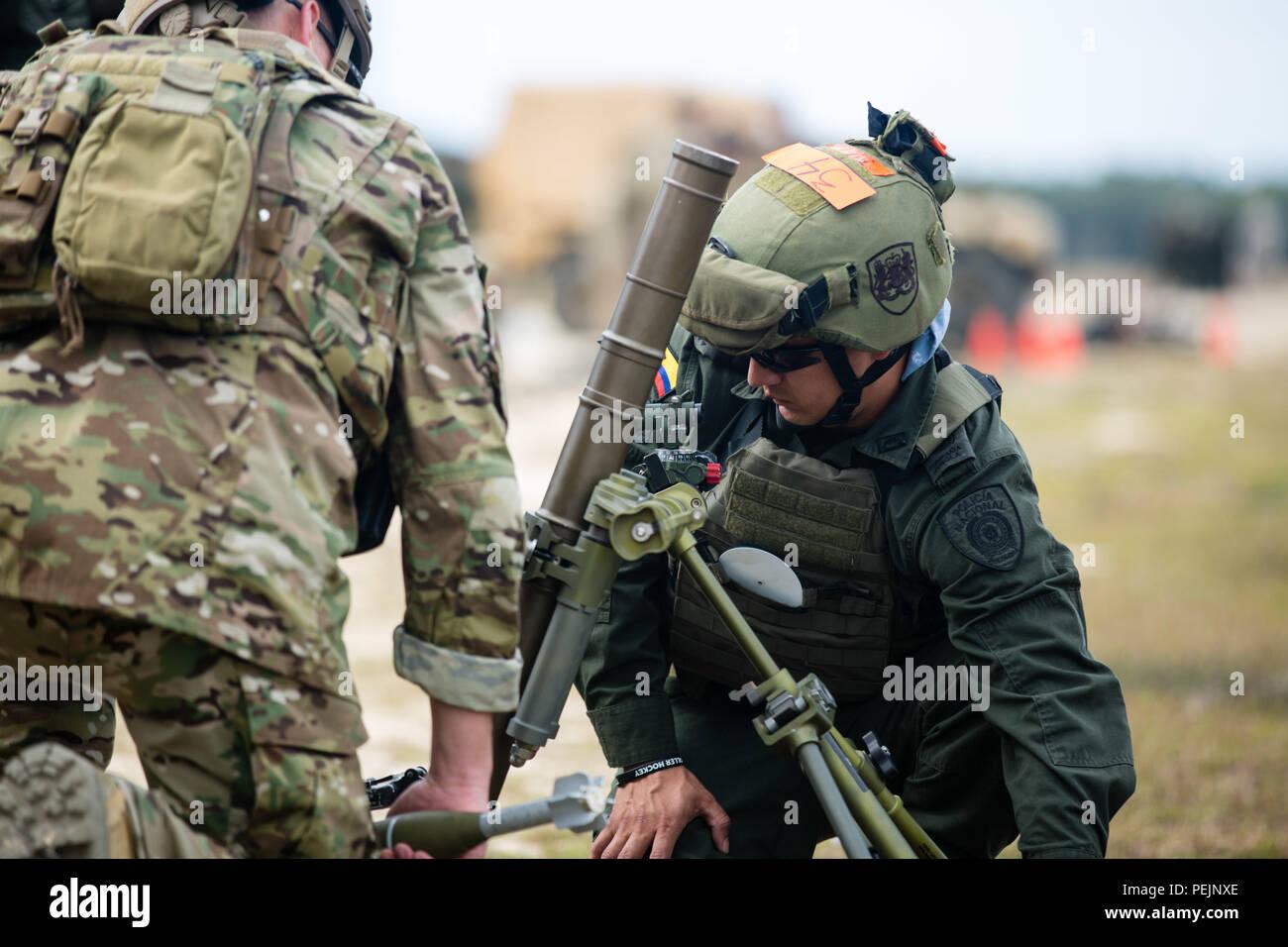 Un miembro de la Jungla Compana Antinarcoticos colombiana comprueba la  visión de un sistema de mortero b5357273f38