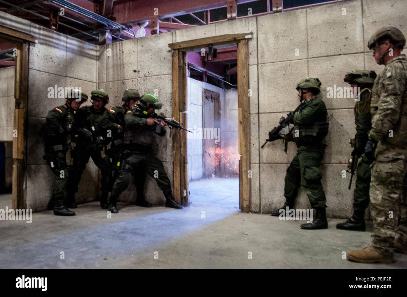 Un explosivo detona carga puerta incumplir durante un ejercicio de fuego  vivo como miembros de la f38cdbb8914