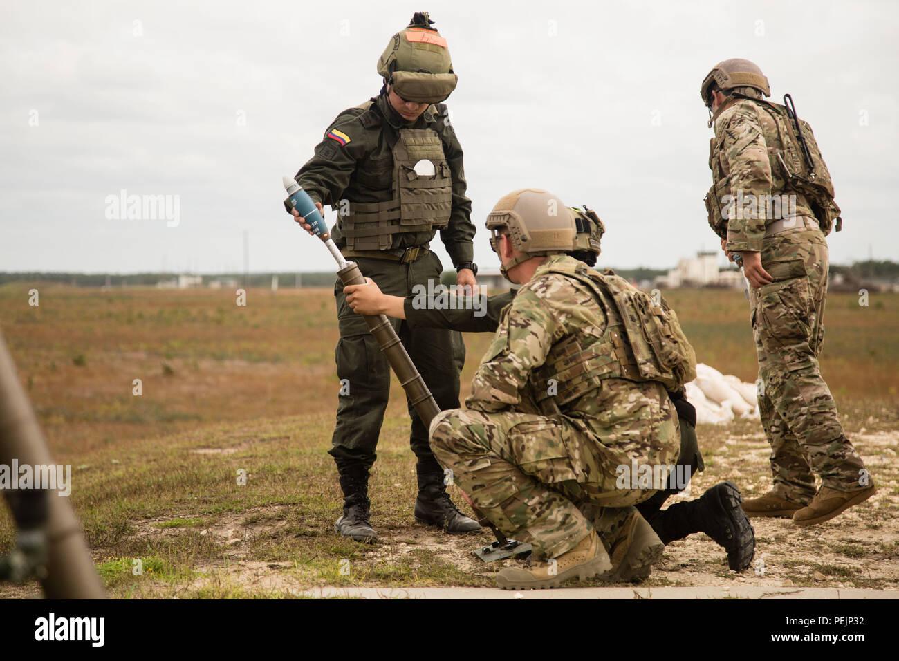 Los miembros de la Jungla Compana Antinarcoticos colombiana conducta  mortero familiarización con Boinas Verdes del 7º Grupo de Fuerzas Especiales  (Airborne) ... d1a200e1c27