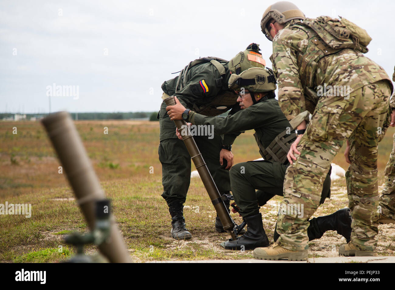 Los miembros de la Jungla Compana Antinarcoticos colombiana se preparan  para disparar un proyectil de mortero 7d85b17acf3