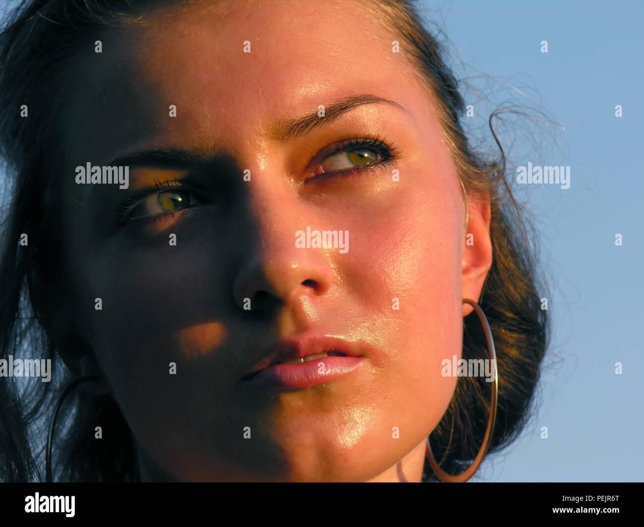 Close-up retrato de joven mujer quemada firmemente en el clima cálido, la luz del atardecer Imagen De Stock