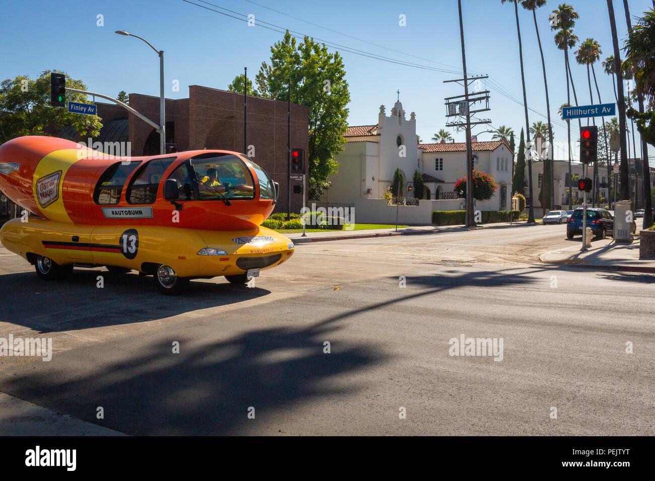 Oscar Mayer Wienermobile circulando en Los Feliz, Los Angeles, California. Imagen De Stock