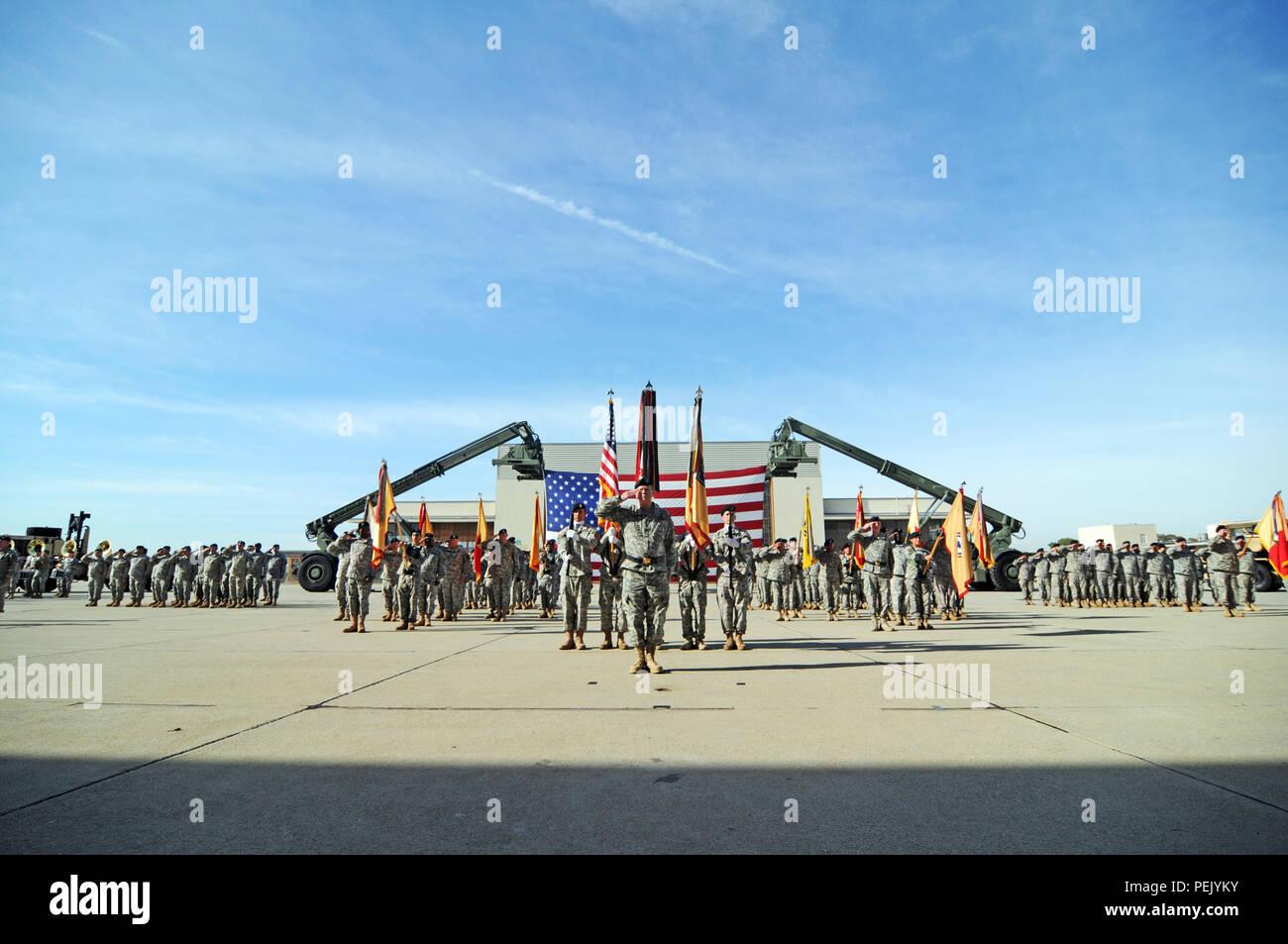 El comandante de la Reserva del Ejército, el Teniente General Jeffrey Talley, presidieron una ceremonia de cambio de mando de la 79ª Logística Comando de Apoyo entre Gral. Gen. Mark Palzer, el próximo 79º comandante general del Comando de Apoyo de sostenimiento y Gral. Gen. Megan Tatu, comandante general saliente, a base de Formación de Fuerzas Conjuntas, Los Alamitos, California, 5 de diciembre de 2015. (Ee.Uu. Foto del ejército por el SPC. Heather Doppke/liberado) Imagen De Stock