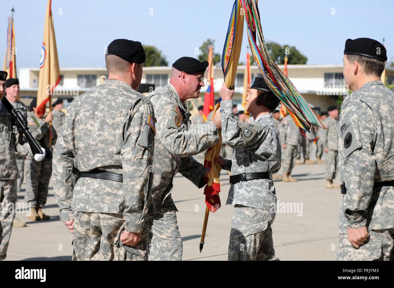 Mando del sargento. My Ted Copeland, sargento mayor de comando del 79º Comando de Apoyo de sostenimiento, pasa la 79ª del SSC guidon a Gral. Gen. Megan P. Tatu, 79º comandante general saliente del SSC, durante la ceremonia de cambio de mando de fuerzas conjuntas de formación de base, Los Alamitos, California, 5 de diciembre de 2015. (Ee.Uu. Foto del ejército por el SPC. Heather Doppke/liberado) Imagen De Stock