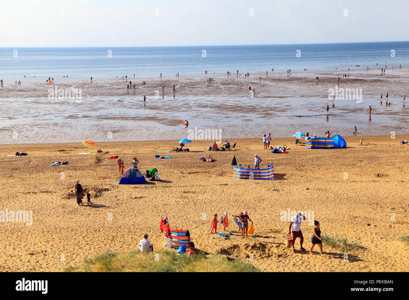 Old Hunstanton Beach, familias, remando, tomar el sol, la arena, la marea baja, Norfolk, UK Imagen De Stock