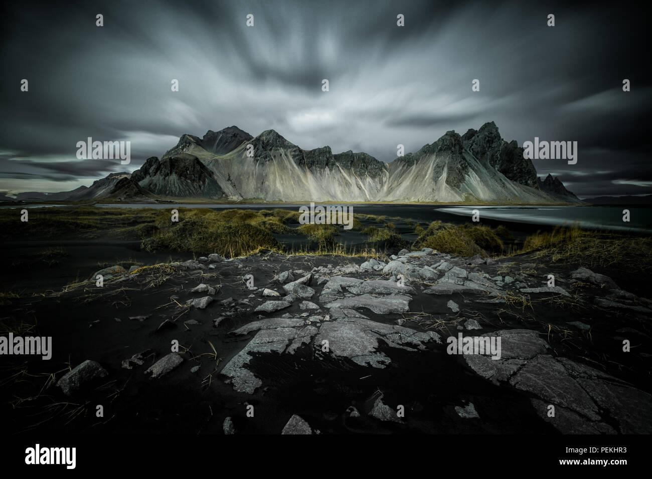 La larga exposición paisaje shot de Vestrahorn cordillera cerca de Hofn, Islandia Imagen De Stock