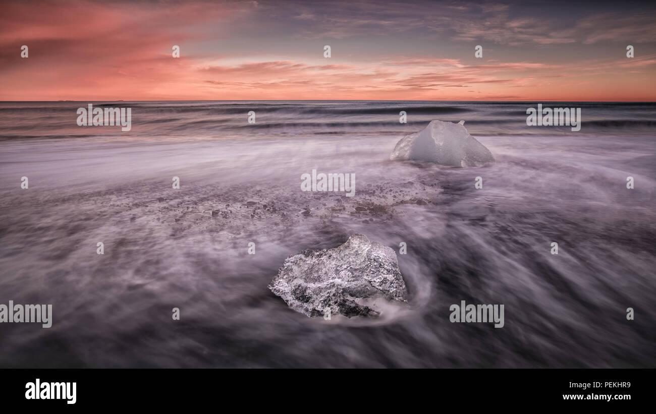 Hielo glacial arrastrado en la playa en la playa de arena negra, Jokulsarlon también conocido como Breidamerkursandur, Islandia Imagen De Stock