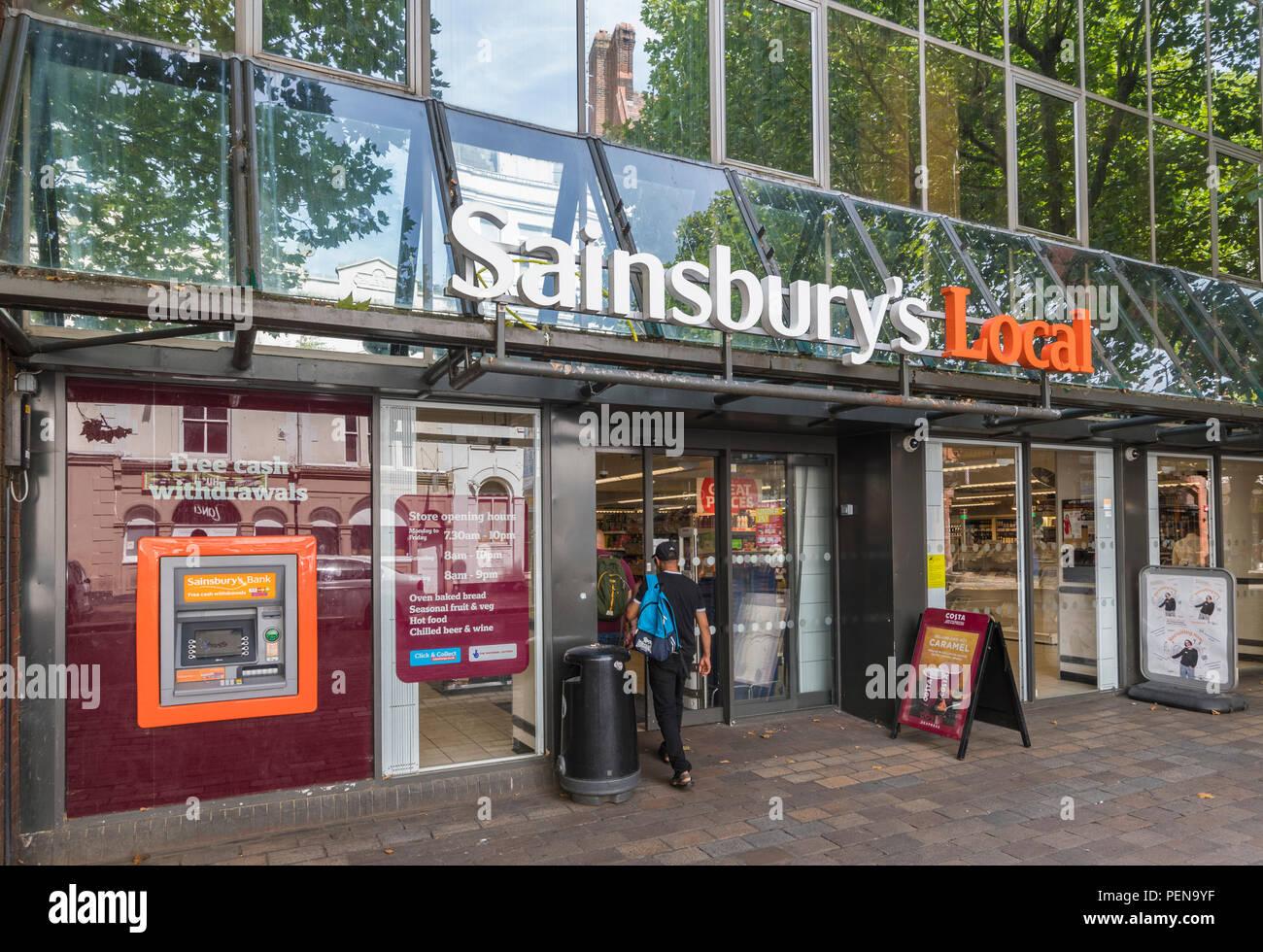 Sainsbury's de una tienda local de entrada delantera en Portsmouth, Hampshire, Inglaterra, Reino Unido. Sainsburys frente UK. Supermercado Sainsbury tienda de comestibles. Imagen De Stock