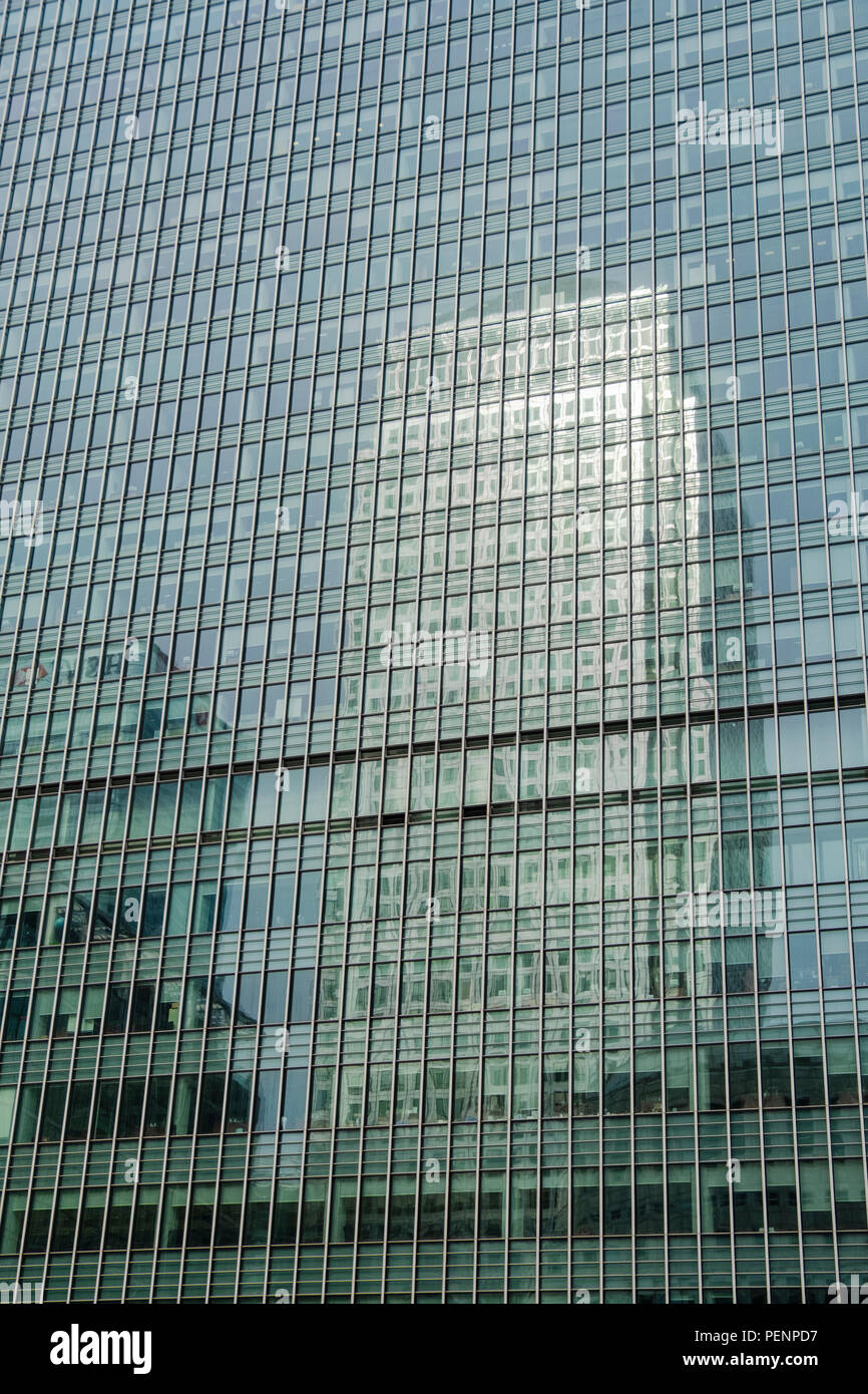 bbad2603d4 Cerca e imagen abstracta de modernos bloques de oficinas en Londres  Docklands Imagen De Stock