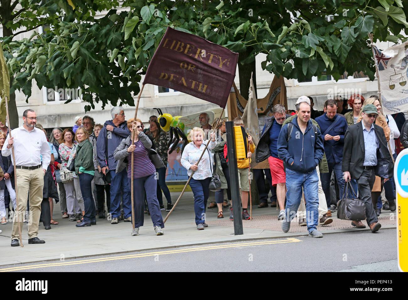 """Manchester, Reino Unido. El 16 de agosto de 2018. El cartel de la película de Mike Leigh """"Peterloo"""" se revela como una vigilia de conmemoración se celebró en el mismo lugar donde, el 16 de agosto de 1819 acusado de caballería en una multitud de entre 60.000 y 80.000 que se habían reunido para exigir la reforma de la representación parlamentaria. El número exacto de muertos y heridos en Peterloo nunca ha sido establecido con certeza. La Plaza de San Pedro, Manchester, el 16 de agosto de 2018, (C)Barbara Cook/Alamy Live News Imagen De Stock"""
