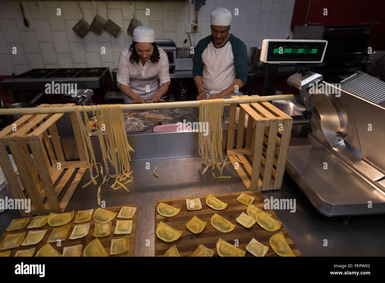 Macho y hembra baker preparar pastas Imagen De Stock